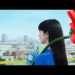 晴れと水のCMに真っ赤な巨大花を背負った小松菜奈!「咲きます」CM楽曲はコトリンゴ 「夏がくるね。」篇(追加)