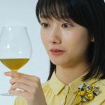 キリン生茶のCMで吉川晃司と波瑠が微粉砕茶葉で劇的に変わった生茶を体験~