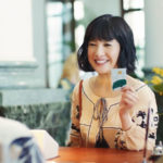 タッチ機能付きSMBCデビットのCMで吉高由里子が海外やスーパーで新しいお金を使っていまーす。三井住友銀行